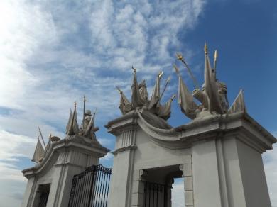 Brama Wiedeńska pięknie się kontrastuje z odpowiednim niebem