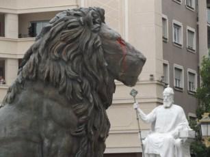 Jeden z ośmiu lwów strzegących Aleksandra. W tle Car Samuel