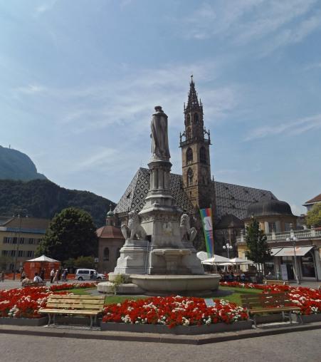 Centrum Bolzano: Plac Walthera (von der Vogelweide) z pomnikiem tegoż