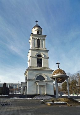 Cerkiewna dwonnica, głębiej Łuk Triumfalny, najgłębiej Budynek Rządu
