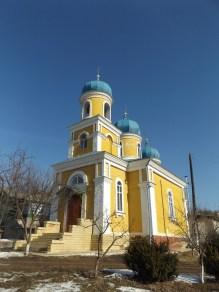 Pierwsze kroki należy skierować w stronę niebrzydkiej cerkwi w Trebujeni.