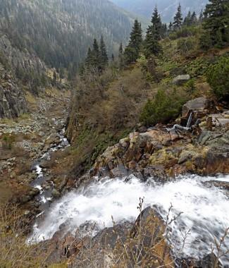 Kaskady wodospady sięgają 50 metrów.