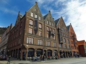 Niemal stuletni sąsiedzi Bryggen.