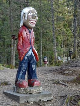 Na Floyen obok placu zabaw mamy głowy troll ponabijane na pale ;)
