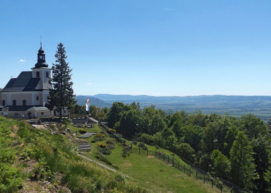 Sanktuarium Matki Bożej Śnieżnej i zacna panorama.
