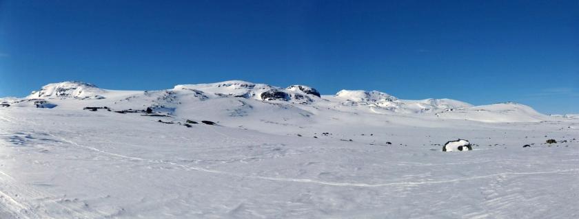 Od lewej Søre Kongsnuten, Blåisen, Nordre Kongsnuten, Middalen i Bukkeskinnshjellane