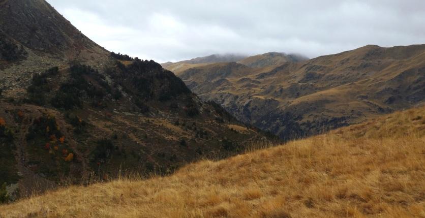 Ponad doliną Incles góry przybrały jesienne barwy