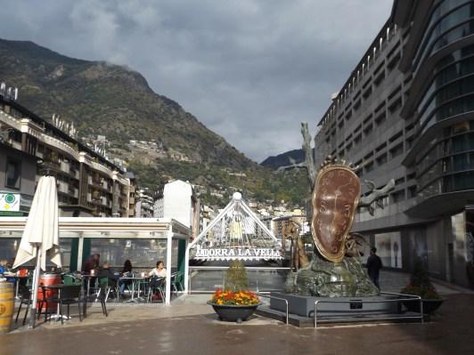 Rzeźbę Salvadora Daliego dali nad rzekę. Hehe.