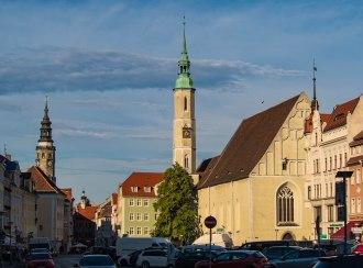 Kościół ŚW. trójcy a w tle wieża Starego ratusza.