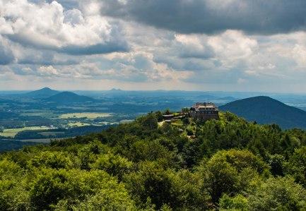 Schronikso na południowym wierzchołku i czeskie Bezdez czy Ralsko.