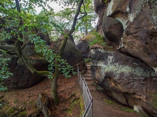 Skalny szlak wokół ruin.