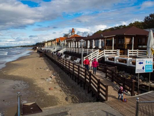 Na wschodnim krańcu promenady plaża się rozszerza, choć podczas sztormu zbytnio tego nie widać.