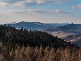 Góry kamienne przysłonięte Włodzicką Górą.