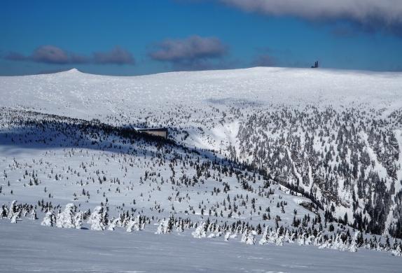 Łabski Szczyt, RTON na Śnieżnych Kotłach i Labska Bouda poniżej.