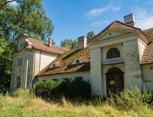 Pierwszy z opuszczonych dworków Morawskich.