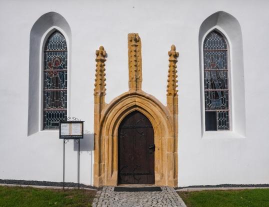 Gotycki portal kościoła.