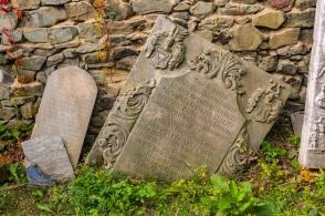 Płyty nagrobne dawnych właścicieli wsi.
