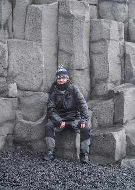 Bazaltowy tron na plaży Reynisfjara na Islandii.