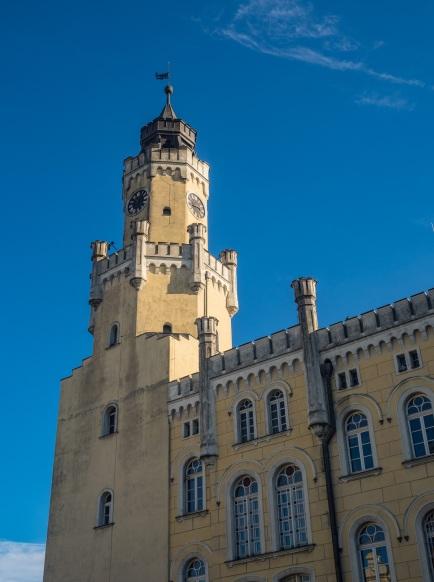 Imponująca wieża ratuszowa.