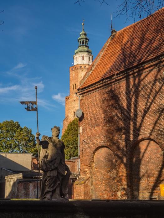 Rzeźba kobiety w zbroi z ul. Rzeźnickiej.
