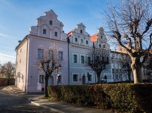 I kamienice zadbane dużo lepiej, dziś siedziba Muzeum Ziemi Wschowskiej.