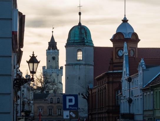 Trzy wieże: ratusz, kościół Żłóbka Jezusa i poczta