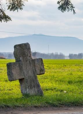Krzyż pojednania z kapitalną Ślężą w tle.