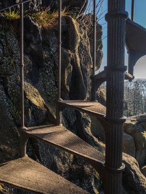 Metalowe ponad stuletnie schody na wierzchołek.