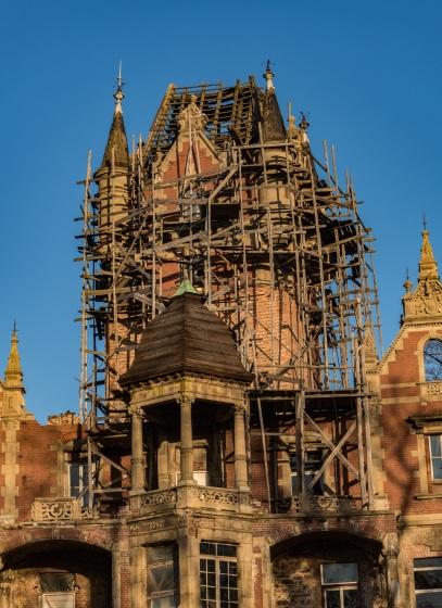 Rusztowanie wokół pałacu, widok ten sam od lat.