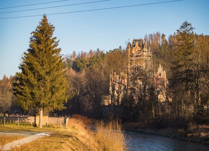Powoli płynący Bóbr i bobrowski pałac.