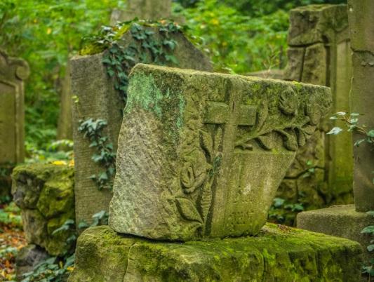 Odratowane nagrobki, dziś ewangelickie lapidarium.