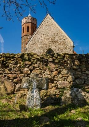 Kamień pojednawczy w cieku kościoła.
