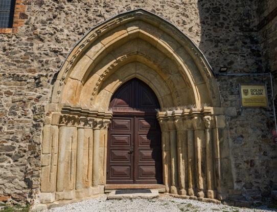 Potężny średniowieczny portal.